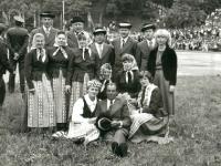 1979 m. zoninė dainų šventė. Šėtos kultūros namų pagyvenusiųjų šokių kolektyvas. Pirmoje eilėje kairėje sėdi kolektyvo vadovė Janina Varžinskienė.