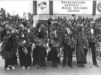 1987 m. Dainų šventė. Šventės dirigentai (iš kairės) Elžbieta Leonavičienė, Olga Likšienė, Skirmantė Vagonytė, Marija Dalangauskienė, Vytautas Vaičekauskas, Violeta Žiupsnienė, Petras Labeckis.