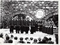 Nuotrauka iš kapelos VILAINIAI archyvo. Vienu metu kapela buvo tarsi dainų ir šokių ansamblis, kurį sudarė instrumentinė grupė, vyrų ansamblis, moterų ansamblis, šokių grupė.