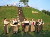 """Labūnavos liaudiškos muzikos kapela """"Barupė"""" (vadovas Algirdas Kučiauskas) prie Bakainių piliakalnio, Surviliškio sen., Kėdainių r."""