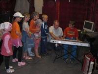 """Muzikinė pamokėlė vaikams """"Pažink muzikos instrumentus"""" Pelėdnagiuose. 2012 06 07"""