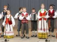"""Vaikų liaudiškos muzikos kapela """"Siručiukai"""" (vadovas Henrikas Docius)"""