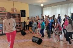 mokomės ir šokti, ne tik dainuoti